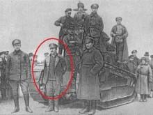 Бойцы Красной Армии около захваченного английского танка