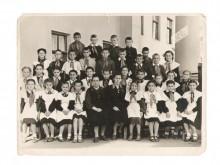 """10.05.1957 4""""Б"""" класс 20 школы внутри коллонады"""