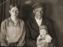 Дед, бабушка и мой отец в возрасте 1 год. Фотография 1935 г.
