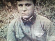 Стариков Николай Фёдорович 1 мая 1911 г. р. Призван Царицынским военкоматом г. Москвы в июле 1941 года  Рядовой или красноармеец.Это фото он прислал с  фронта предположительно в сентябре 1941 года. Ну вот совсем он тут не рядовой. Примерно с декабря 41 года -января 42 года известий о нем уже никаких не было..А безвести по документам он пропал в июле 43го года. Может он был в партизанском отряде?