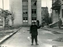 Это же здание, только в самом начале 70-х годов (вид на левую - если стоять лицом ко входу - стену данного здания)...