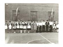 1983 на спорт-площадке последний звонок. Учителя Улитина Нина Сергеевна и Соболева Эвелина Андреевна. Частично класс моего брата